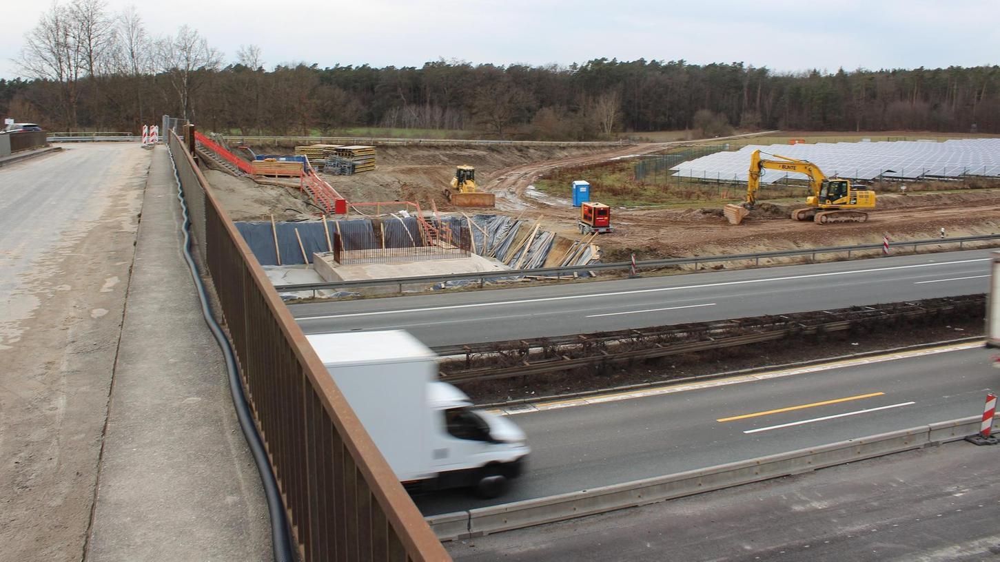 Es geht um die Verlegung von Wasserrohren: Die Versorgungsleitung bei Kosbach ist seit Längerem mit den Fundamenten der neuen Brücke überbaut.
