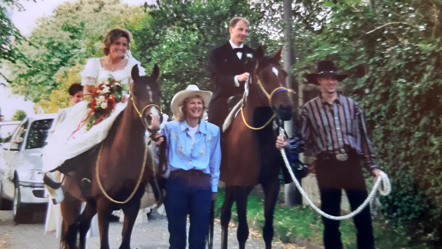 So hat sich das Brautpaar damals auf den Weg zum Altar gemacht. Dass die Pferde sie dorthin bringen werden, hat sie selbst überrascht.