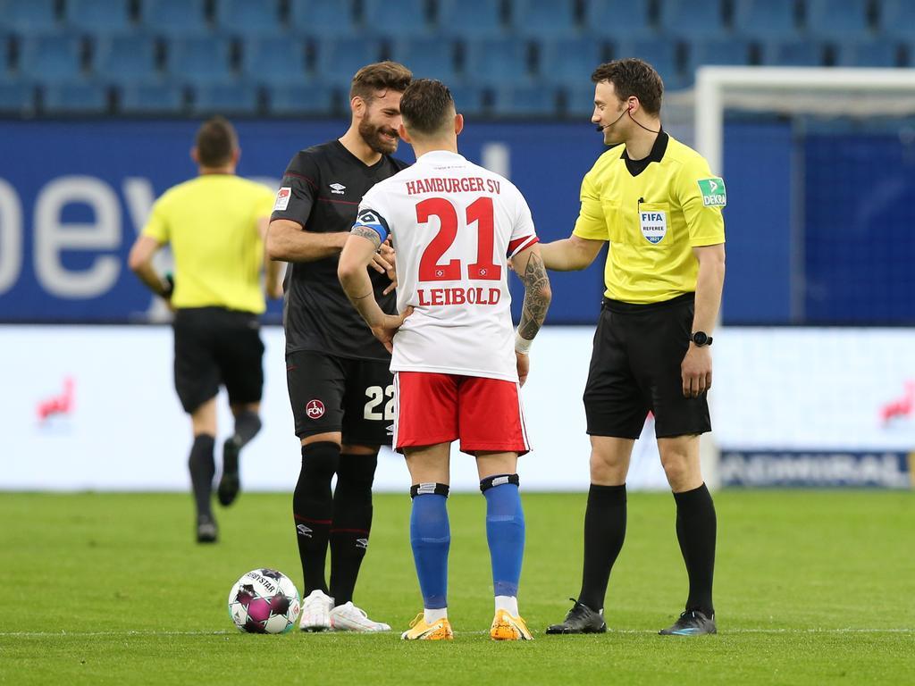 10.05.2021 --- Fussball --- Saison 2020 2021 --- 2. Fussball - Bundesliga --- 32. Spieltag: Hamburger SV HSV - 1. FC Nürnberg FCN ( Club ) --- Foto: Sportfoto Zink/DaMa --- DFL regulations prohibit any use of photographs as image sequences and/or quasi-video - only for editorial use --- ....Enrico Valentini (22, 1. FC Nürnberg / FCN ) Tim Leibold (21, Hamburger SV ) Felix Zwayer (Schiedsrichter) bei Platzwahl
