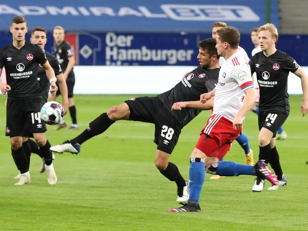 10.05.2021 --- Fussball --- Saison 2020 2021 --- 2. Fussball - Bundesliga --- 32. Spieltag: Hamburger SV HSV - 1. FC Nürnberg FCN ( Club ) --- Foto: Sportfoto Zink/DaMa --- DFL regulations prohibit any use of photographs as image sequences and/or quasi-video - only for editorial use --- ....Lukas Mühl Muehl (28, 1. FC Nürnberg / FCN ) Moritz Heyer (3, Hamburger SV )