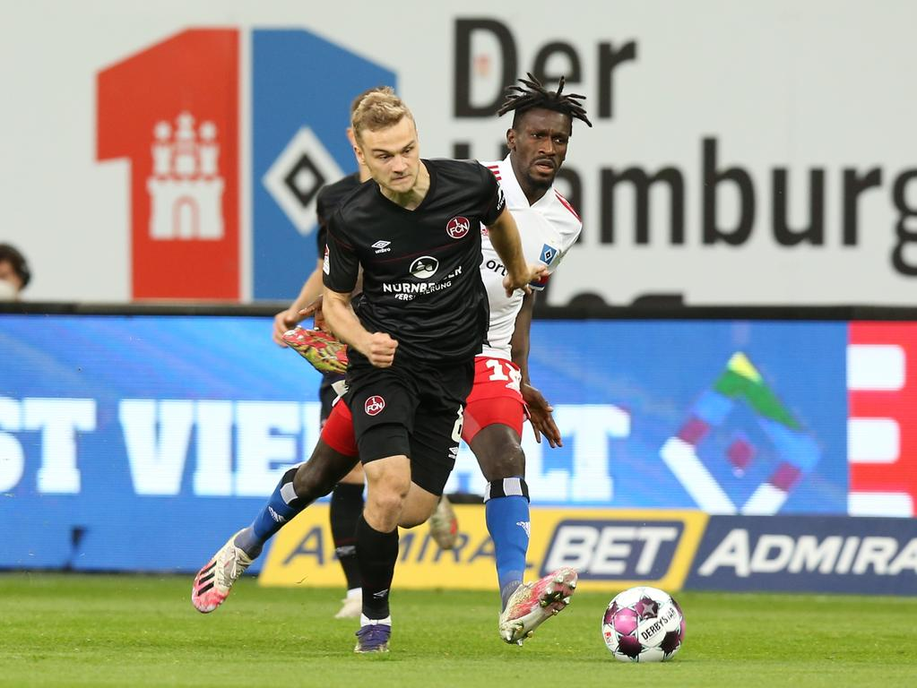 10.05.2021 --- Fussball --- Saison 2020 2021 --- 2. Fussball - Bundesliga --- 32. Spieltag: Hamburger SV HSV - 1. FC Nürnberg FCN ( Club ) --- Foto: Sportfoto Zink/DaMa --- DFL regulations prohibit any use of photographs as image sequences and/or quasi-video - only for editorial use --- ....Tim Handwerker (6, 1. FC Nürnberg / FCN ) Bakery Jatta (18, Hamburger SV )