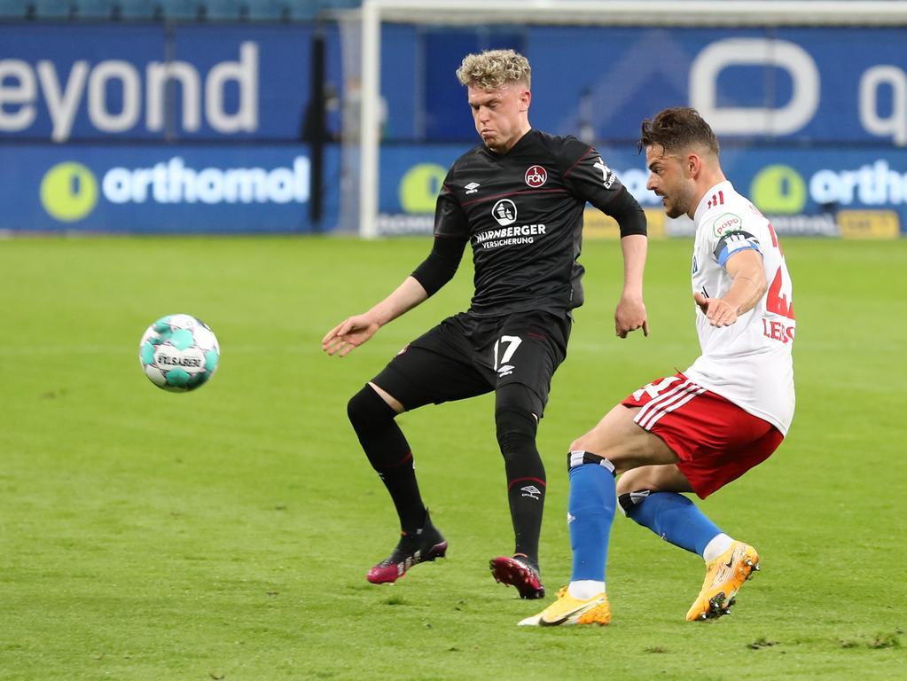 10.05.2021 --- Fussball --- Saison 2020 2021 --- 2. Fussball - Bundesliga --- 32. Spieltag: Hamburger SV HSV - 1. FC Nürnberg FCN ( Club ) --- Foto: Sportfoto Zink/DaMa --- DFL regulations prohibit any use of photographs as image sequences and/or quasi-video - only for editorial use ---   Robin Hack (17, 1. FC Nürnberg / FCN ) Tim Leibold (21, Hamburger SV )