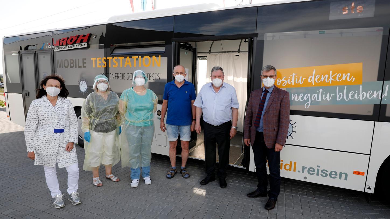 Die rollende Teststation im Steidl-Bus wurde beim neuen Getränkemarkt bei Sengenthal (Schlierferholz) von Geschäftsführerin Martha Brandl (links) vorgestellt.