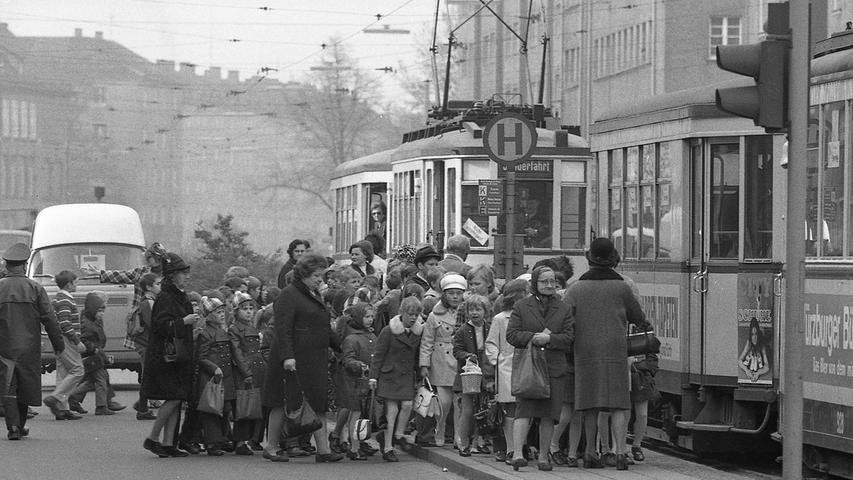 Alle viereinhalb Stunden stirbt in der Bundesrepublik ein Kind den Verkehrstod. In Nürnberg wurden 1970 sieben Kinder getötet, 250mal wurden sie in Verkehrsunfälle verwickelt.Hier geht es zum Kalenderblatt vom13. Mai 1971: Der Nachwuchs hat am wenigsten Schuld.