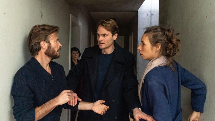 Felix Voss (Fabian Hinrichs) befragt die momentan getrennt voneinander lebenden Eltern (Andreas Pietschmann, Linda Pöppel).