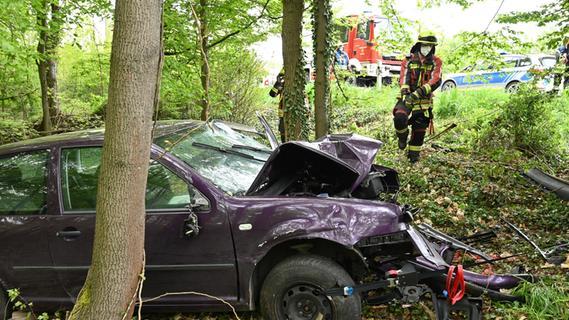 Frontal an den Baum: Schwerer Unfall bei Erlangen