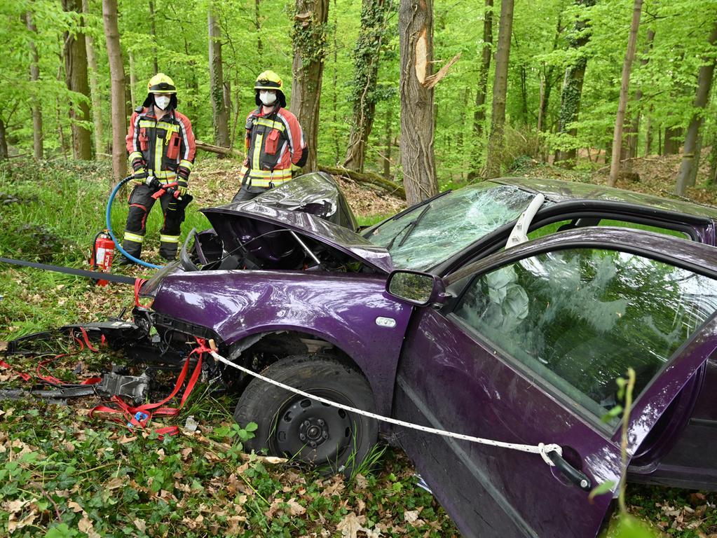 Ein schwerer Verkehrsunfall hat sich am Dienstagmittag auf der Rathsberger Straße zwischen Atzelsberg und Rathsberg ereignet. Eine Frau war mit ihren PKW in der Linkskurve nahe der Abzweigung nach Bräuningshof nach rechts von der Fahrbahn abgekommen, und dann im Wald gegen einen Baum gekracht. .Foto: Klaus-Dieter Schreiter