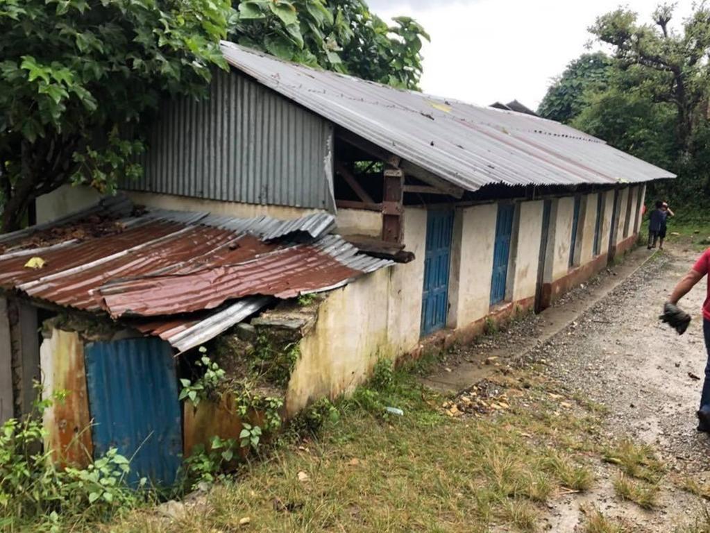 Dieses Schulgebäude im nepalesichen Gotikhel ist marode. Es muss saniert bzw. neu gebaut werden. Wegen Corona verzögern sich allerdings die Arbeiten. Spenden sind dennoch jederzeit willkommen.