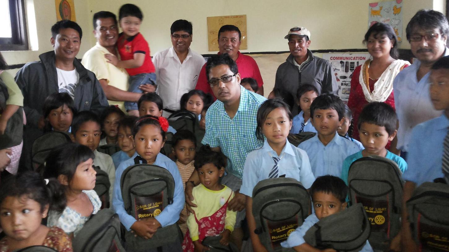 """Endlich zur Schule gehen! Die Kinder in Newarpani freuen sich. Seit November 2018 genießen sie den Unterricht in der von """"Son of Light"""" initiierten Schule. Die Rucksäcke sponserte der Rotary Club."""
