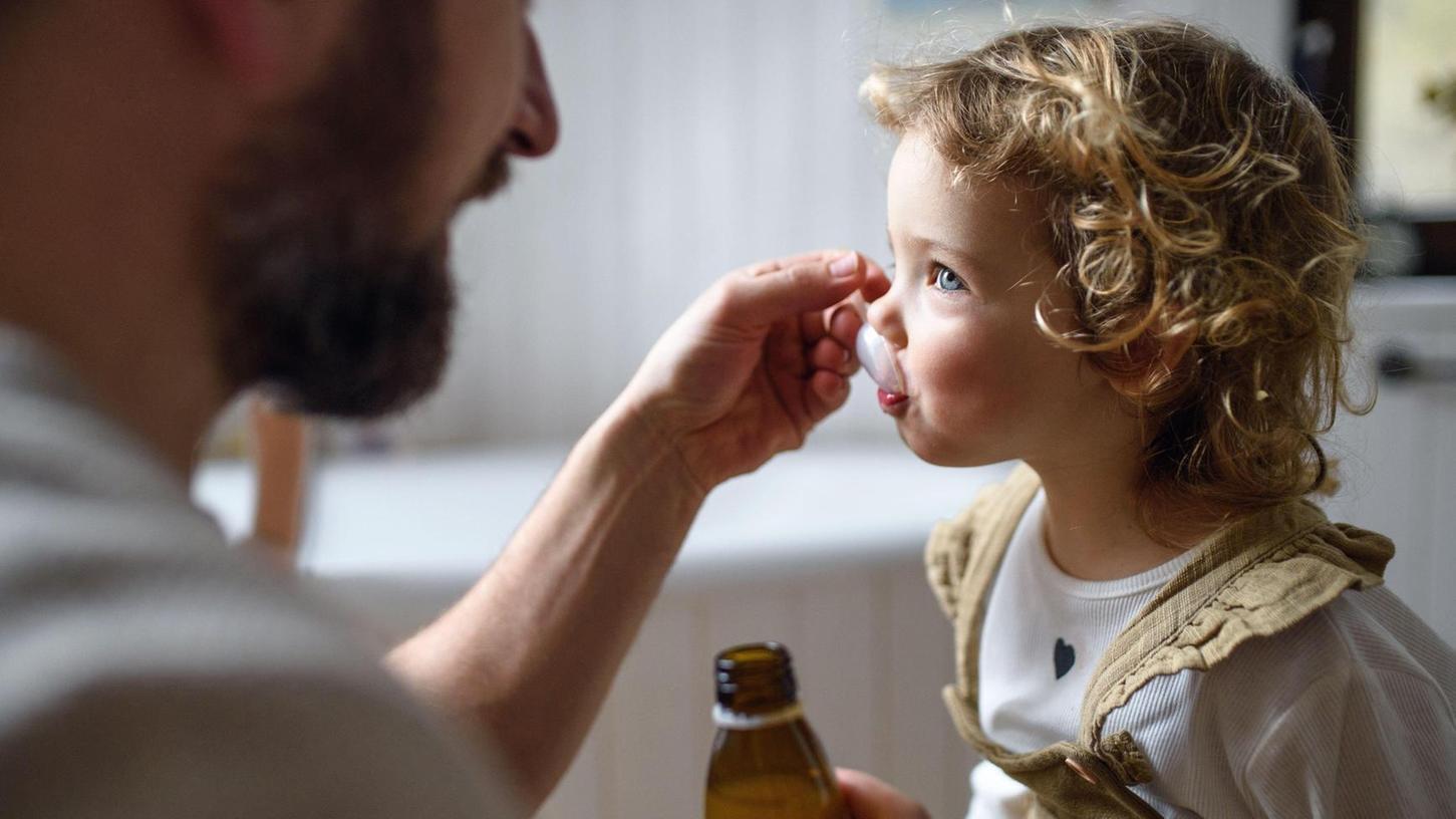 Hat der Fiebersaft Nebenwirkungen bei Kleinkindern? Das lässt sich nur herausfinden, indem Kinder an einer Studie teilnehmen.