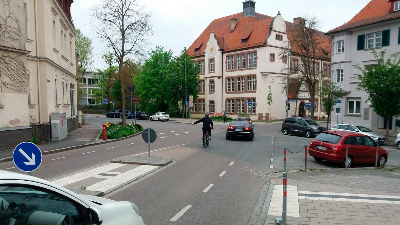 Entsteht an der Kreuzung Hindenburg-/Schillerstraße ein Mini-Kreisverkehr? Der Plan wurde vorgelegt, aber zunächst um ein Jahr verschoben. Dann will der Stadtrat erneut beraten.