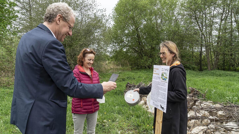 """Die erste Geocaching-Station für die """"Earth Day""""-Aktionswoche, die am 14. Mai beginnt und zehn Tage dauert, ist schon aufgebaut: Bürgermeister German Hacker (li.) testet sie mit Monika Preinl (Mitte) und Mignon Ramsbeck-Ullmann."""