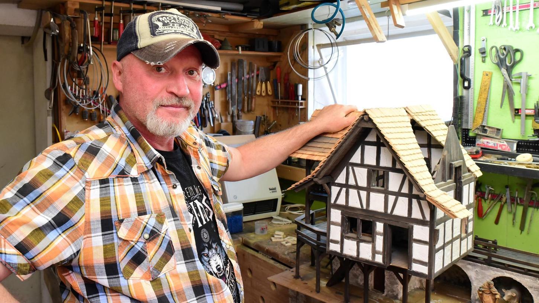 Die kleine Wohnung von Georg Hack ist eine Mischung aus Museum und Atelier. Jedes Regal hat er seit dem Einzug vor elf Jahren selbst geschreinert. Jedes noch so kleine Kunstwerk mit eigenen Händen gestaltet. Im Keller befindet sich eine Werkstatt, hier sägt, schleift und schweißt er.