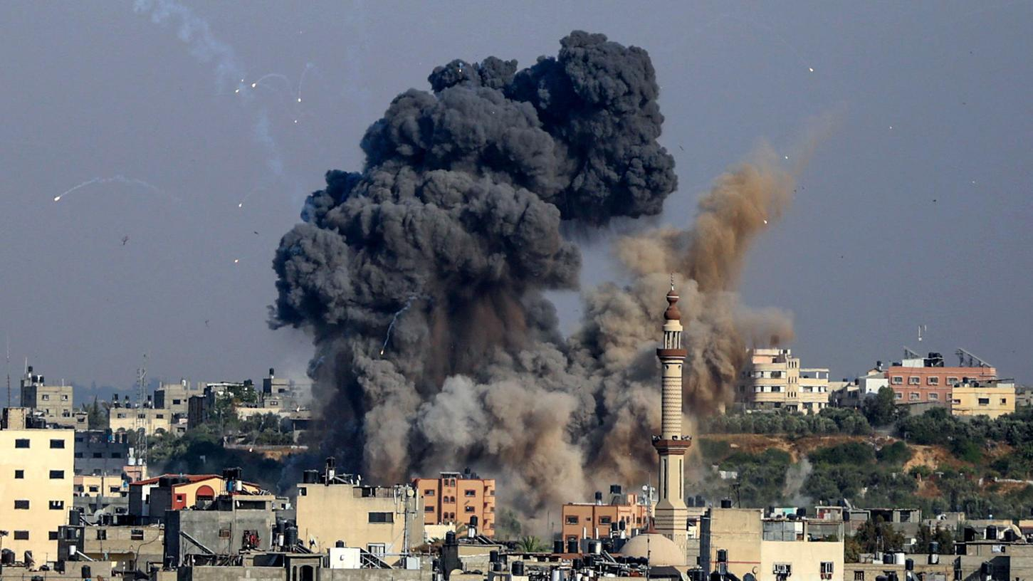 Auf beiden Seiten gibt es bereits zahlreiche Todesopfer durch die massiven Angriffe - hier ein Bild von einer Rauchwolke nach einem Einschlag in Gaza City.