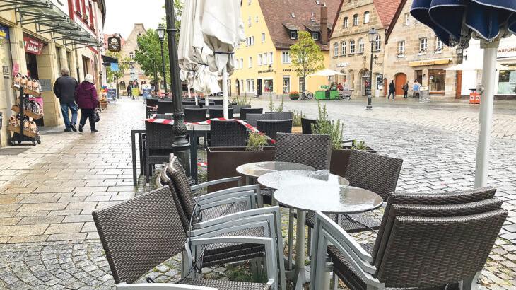 Ein Bild, das es so zumindest noch ein paar Tage geben wird: abgesperrte, zusammengerückte Tische und Stühle vor den Lokalen am Laufer Marktplatz.