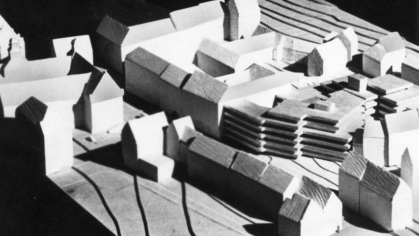 Die Würfel sind gefallen: das neue Nürnberger Rechenzentrum wird an der Theresienstraße auf dem Gelände entstehen, das zur Zeit vornehmlich durch bunte Autokarosserien auffällt. Gleichzeitig wird damit das letzte größere Ruinenfeld innerhalb der Stadtmauern beseitigt.Hier geht es zum Kalenderblatt vom 12. Mai1971: Ein neues Rathaus in der Altstadt.