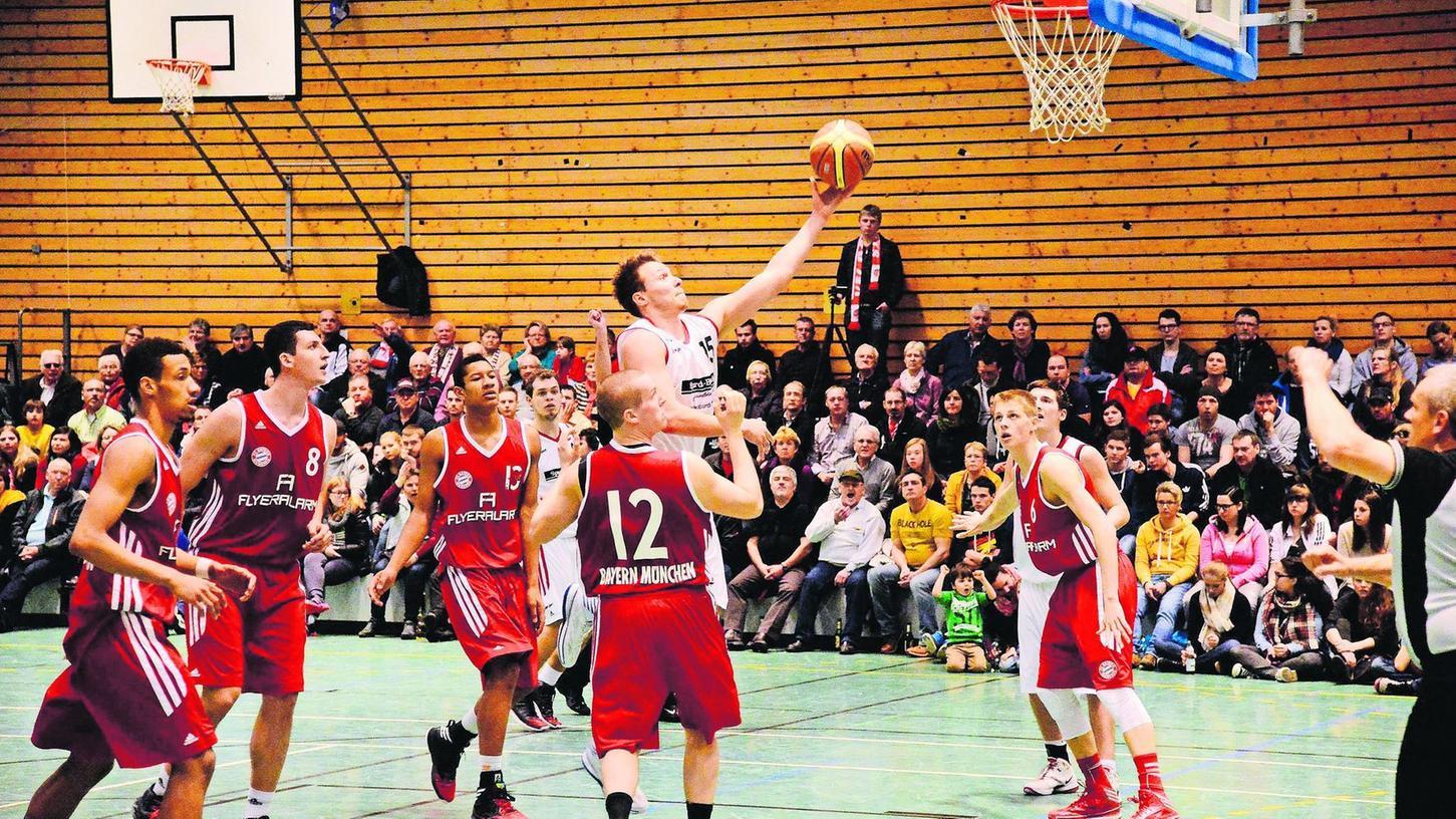 Das Augenmerk gilt dem Spieler mit der Nummer 8 im roten Trikot: Das nämlich ist Paul Zipser, der im Januar 2014 mit dem FC Bayern München II beim VfL Treuchtlingen gewann und dabei sage und schreibe 45 Punkte erzielte. In dieser Szene hatte er allerdings das Nachsehen gegen Volker Lang, der damals 17 Punkte für den VfL beisteuerte. Inzwischen war Zipser Deutscher Meister mit den Bayern, spielte in der NBA, ist Nationalspieler und steckt derzeit mit den Münchnern in der heißen Phase der Saison.