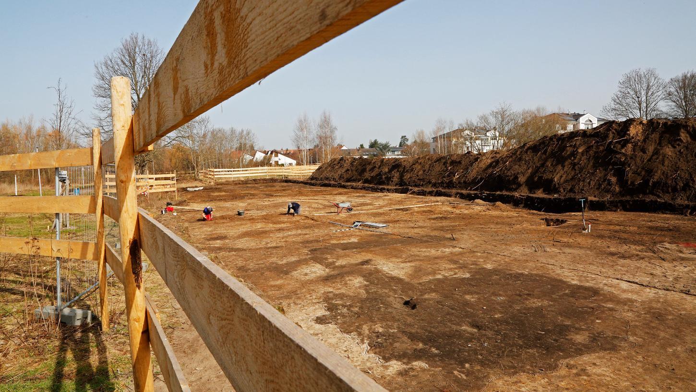Die Fläche ist vorbereitet: Hier soll die neue Grundschule in Thon entstehen. Die Archäologen haben ihre Arbeit an der Forchheimer Straße inzwischen beendet.
