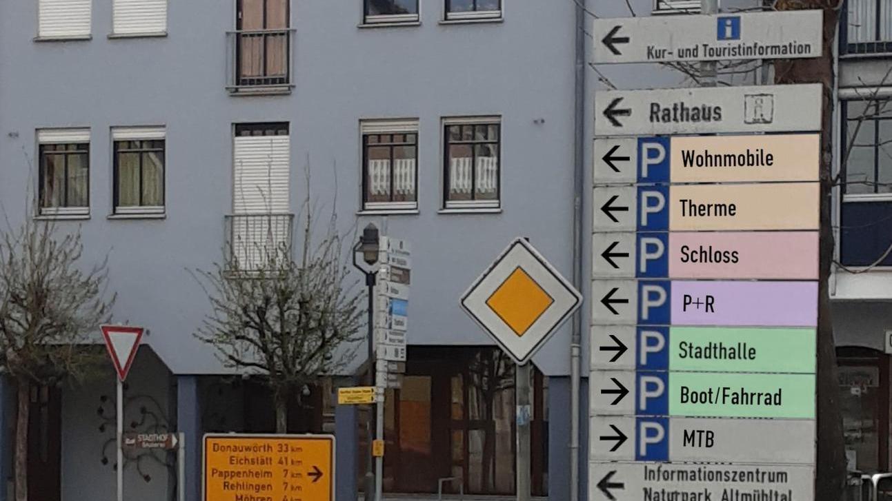 Diese Fotomontage stellt nur in groben Zügen dar, wie das Parkleitsystem aussehen wird. Denn die Stadträte bemängelten, dass die Schilder so zu kleinteilig seien.
