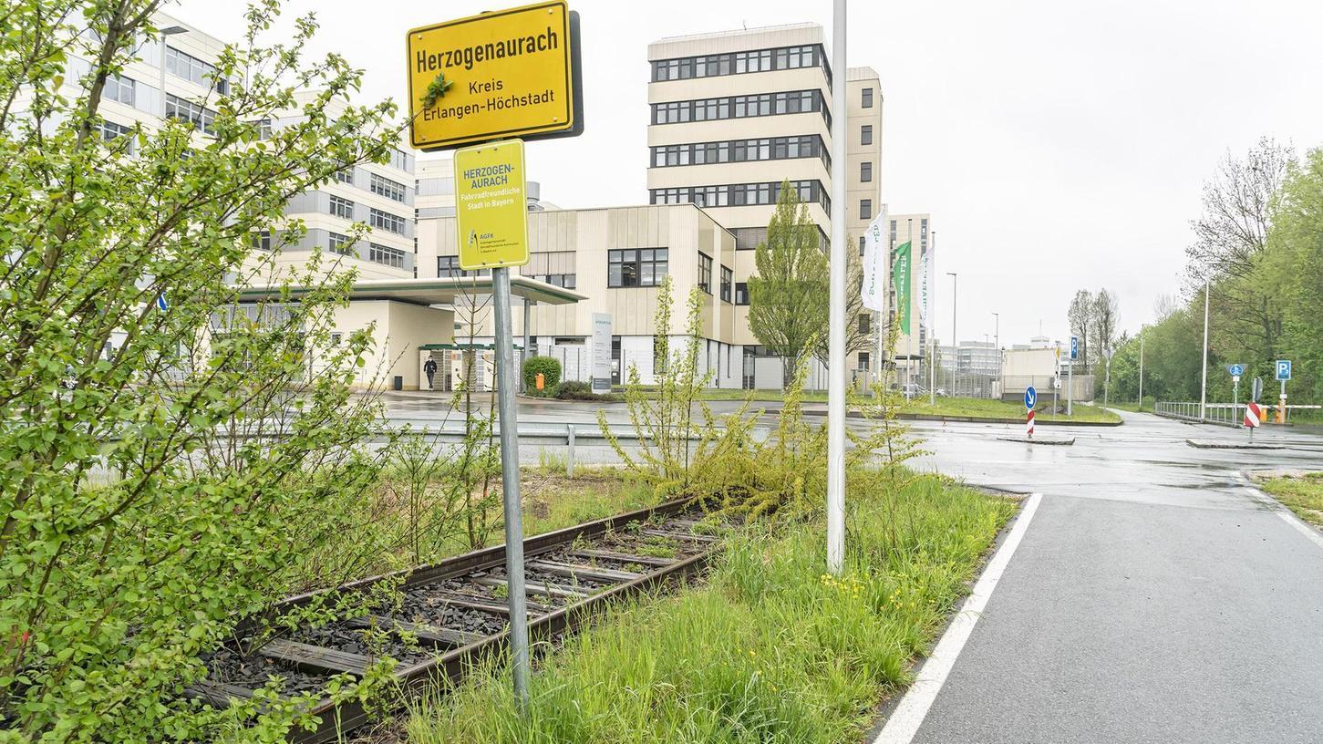 Die Gleise der Aurachtalbahn liegen zum Teil wie hier neben dem Schaeffler-Gelände an der Stadtgrenze noch im Boden. Andernorts sind sie zurückgebaut.