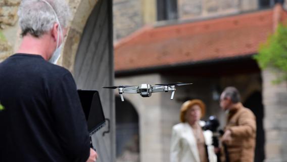 Eine kleine Drohne, von Michael Garrett gesteuert, nimmt die Szene unter anderem aus der Vogelperspektive auf. Elke Sommer spricht Hochdeutsch, wenn sie etwas erklärt, und Fränkisch, wenn ihr etwas gefällt.