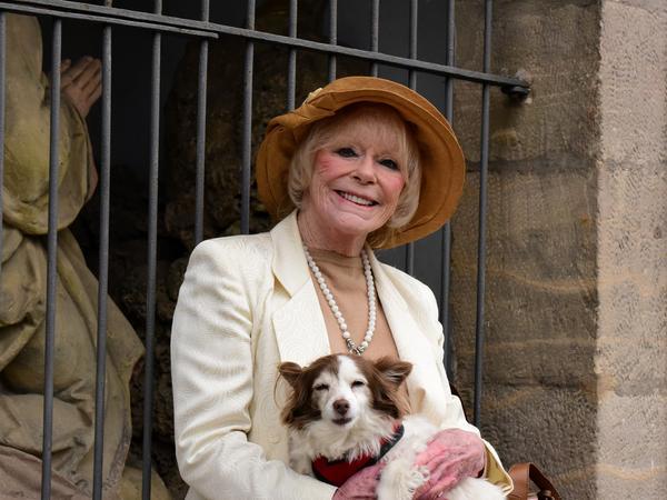 Die Schauspielerin mit Hund Smiley auf dem Arm.