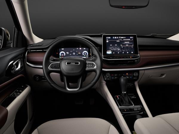 Premium-Attitüde: Das aufgewertete Interieur mit Fahrerdisplay und großem Touchscreen.
