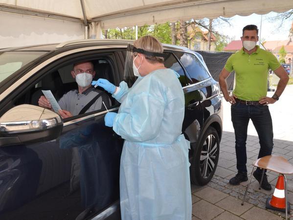 Rund 250 Menschen lassen sich bei der Schnellteststation in Roth jeden Tag testen. Sie fahren im Auto vor und schieben sich ein Wattestäbchen in die Nase.