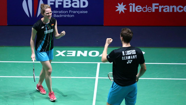 Ja, Mark: Isabel Herttrich freut sich mit Mark Lamsfuß über ihr Ticket nach Tokio.