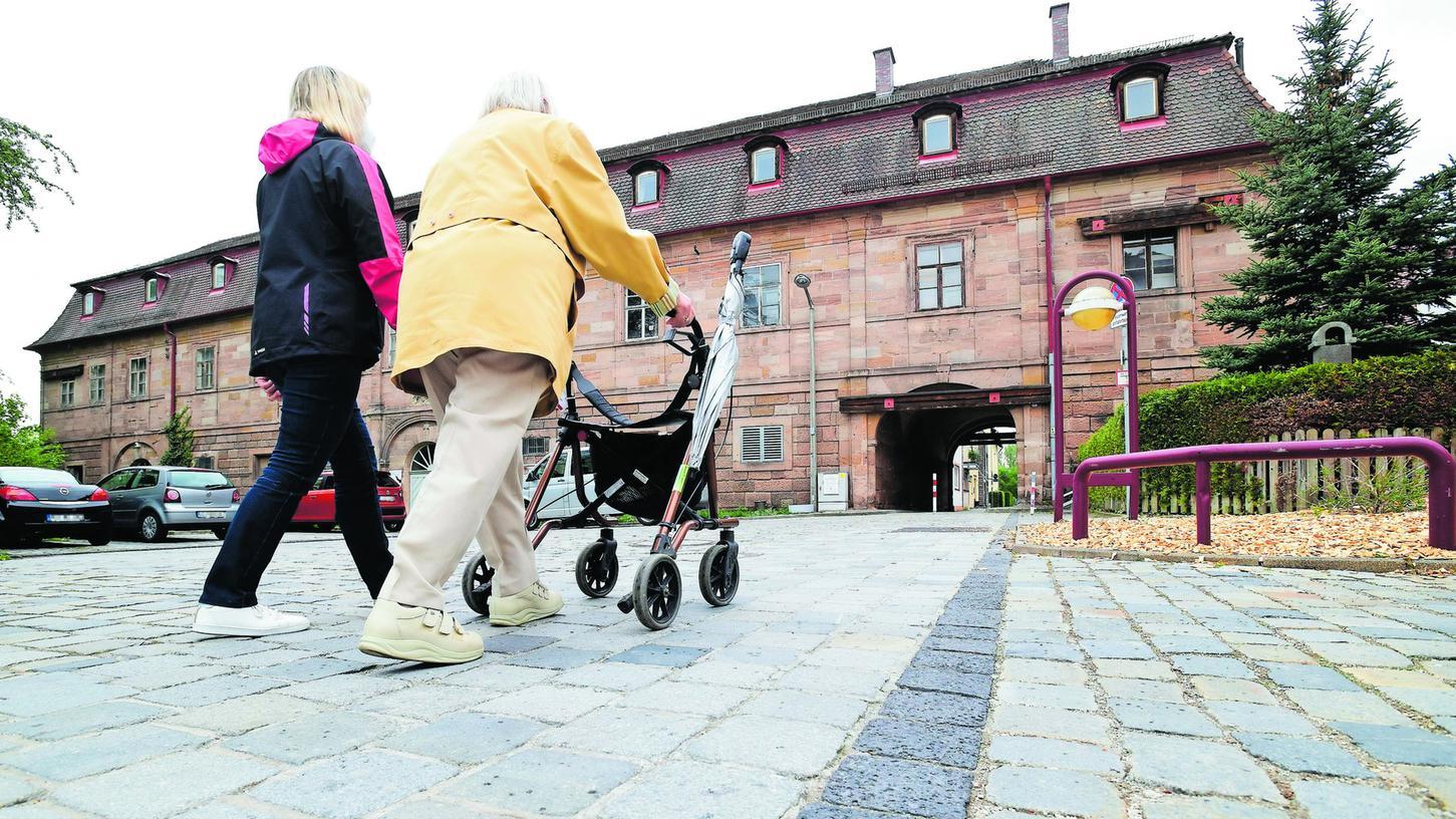 Die fürstlichen Stallungen unweit des Schlosses wurden 1734 in Betrieb genommen. Typisch ist die rundbogige Durchfahrt.