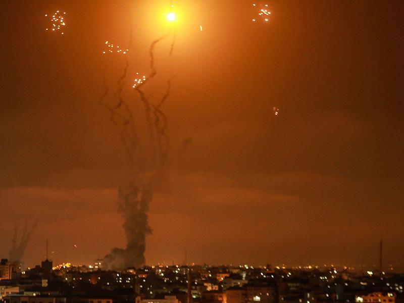 dpatopbilder - 10.05.2021, Israel, Gaza-Stadt: Israels Luftabwehrsystem fängt Raketen ab, die von der islamistischen Hamas aus dem Gazastreifen in Richtung Israel abgefeuert werden. Bei der jüngsten Eskalation der Gewalt zwischen militanten Palästinenserorganisationen und Israel sind nach Angaben des Gesundheitsministeriums in Gaza 20 Palästinenser getötet worden. Foto: Mohammed Talatene/dpa +++ dpa-Bildfunk +++