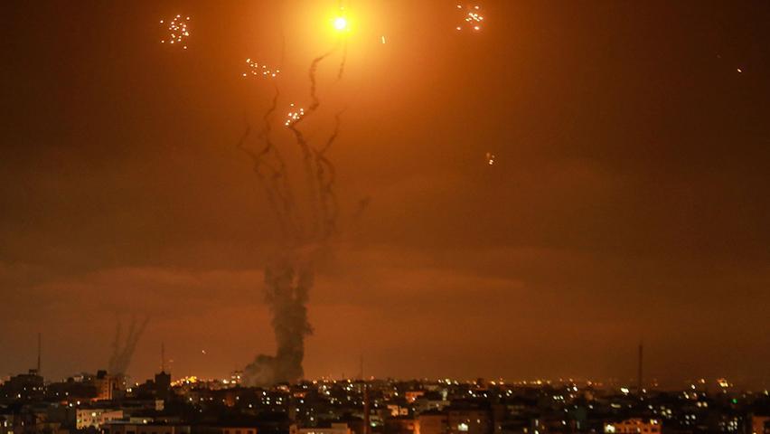 Israels Luftabwehrsystem fängt Raketen ab, die von der islamistischen Hamas aus dem Gazastreifen in Richtung Israel abgefeuert werden.