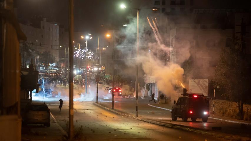 Israel, Bethlehem: Ein israelisches Militärfahrzeug feuert Tränengas auf palästinensische Demonstranten während eines Anti-Israel-Protests gegen die Gewalt in Jerusalem. Seit Beginn des muslimischen Fastenmonats Ramadan ist die Lage im Westjordanland und im arabisch geprägten Ortsteil Jerusalem angespannt. Der Protest der Palästinenser richtet sich gegen eine Absperrung der Altstadt, um Versammlungen zu vermeiden. Zudem drohen einigen palästinensischen Familien im Stadtteil Scheich Dscharrah Zwangsräumungen durch israelische Behörden.