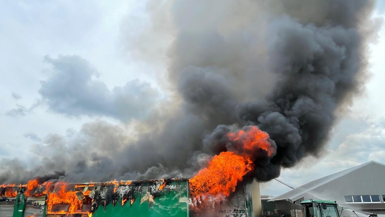 Das Feuer zerstörte bereits eine große Lagerhalle der Zimmerei in Schwebheim.