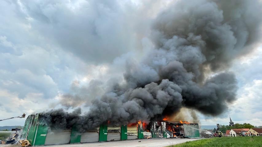 Rauchsäule kilometerweit sichtbar: Schwebheimer Zimmerei brannte lichterloh
