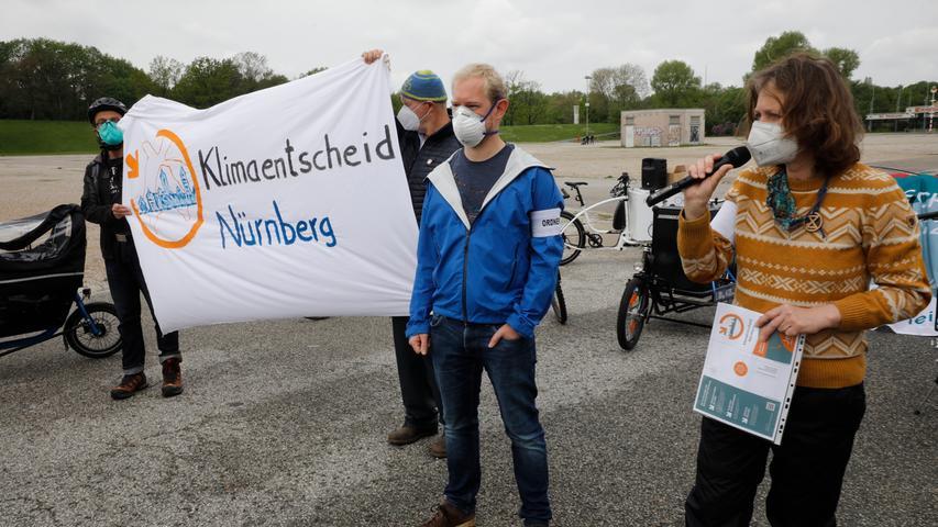 Nicola Haensell (rechts im Bild) und Christian Penniger (Bildmitte) gaben den Startschuss für das Bürgerbegehren Klimaentscheid.