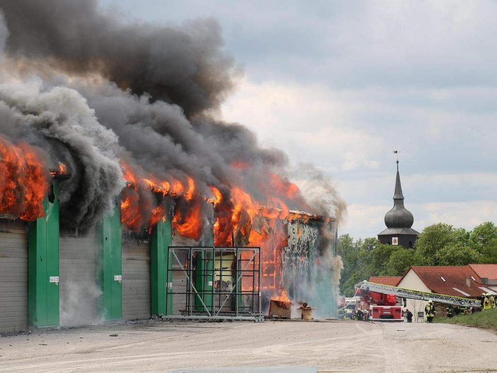 Die Feuerwehr konnte die Flammen in dem Betrieb am Ortsrand von Schwebheim nur eindämmen, die Hallen waren nicht zu retten.Foto: Bastian Lauer