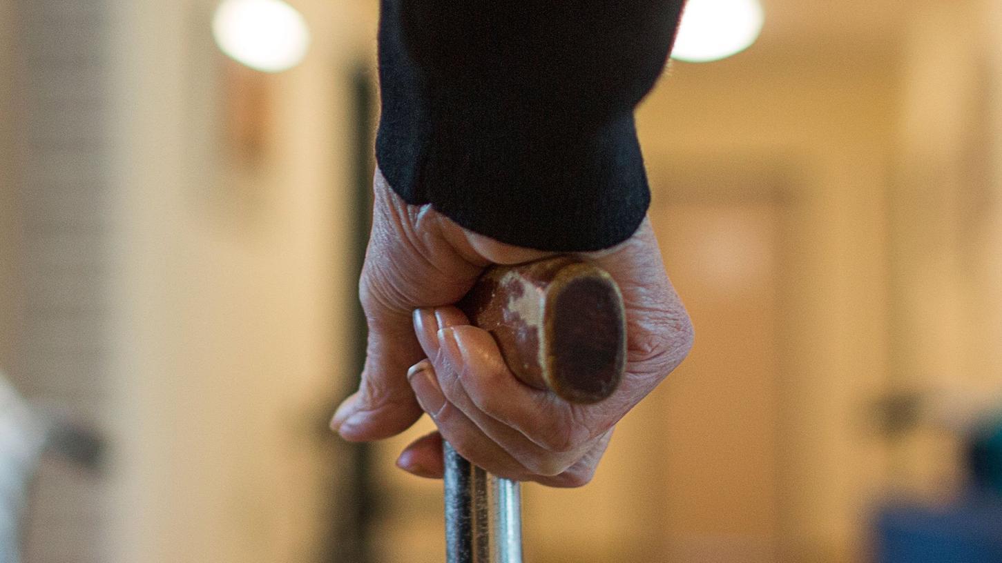 Genesene Personen und Geimpfte werden in Altenheimen von der Testnachweispflicht befreit.