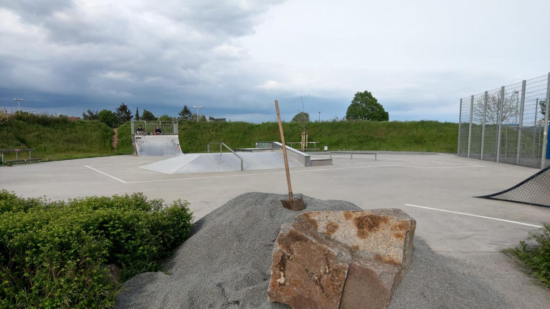 Unbekannte haben den Skatepark von Dieburg von Rollsplitt befreit