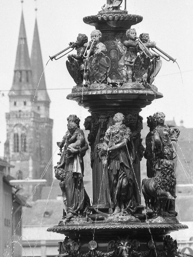 Auch bei dem von Patina überzogenen Tugendbrunnen hat der Zersetzungsprozeß schon lange eingesetzt.