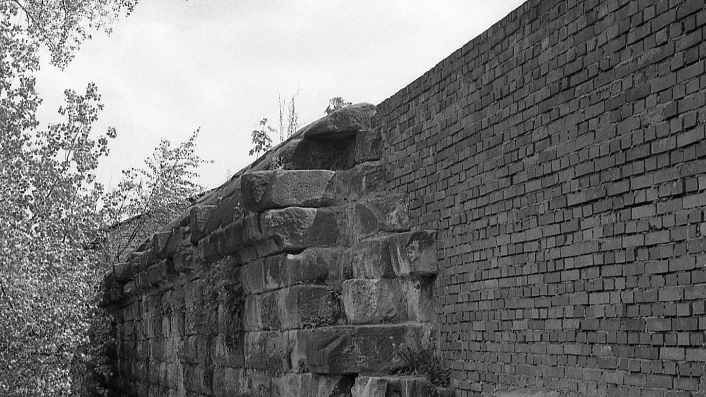 Die Stadtmauer zerfällt langsam aber sicher.