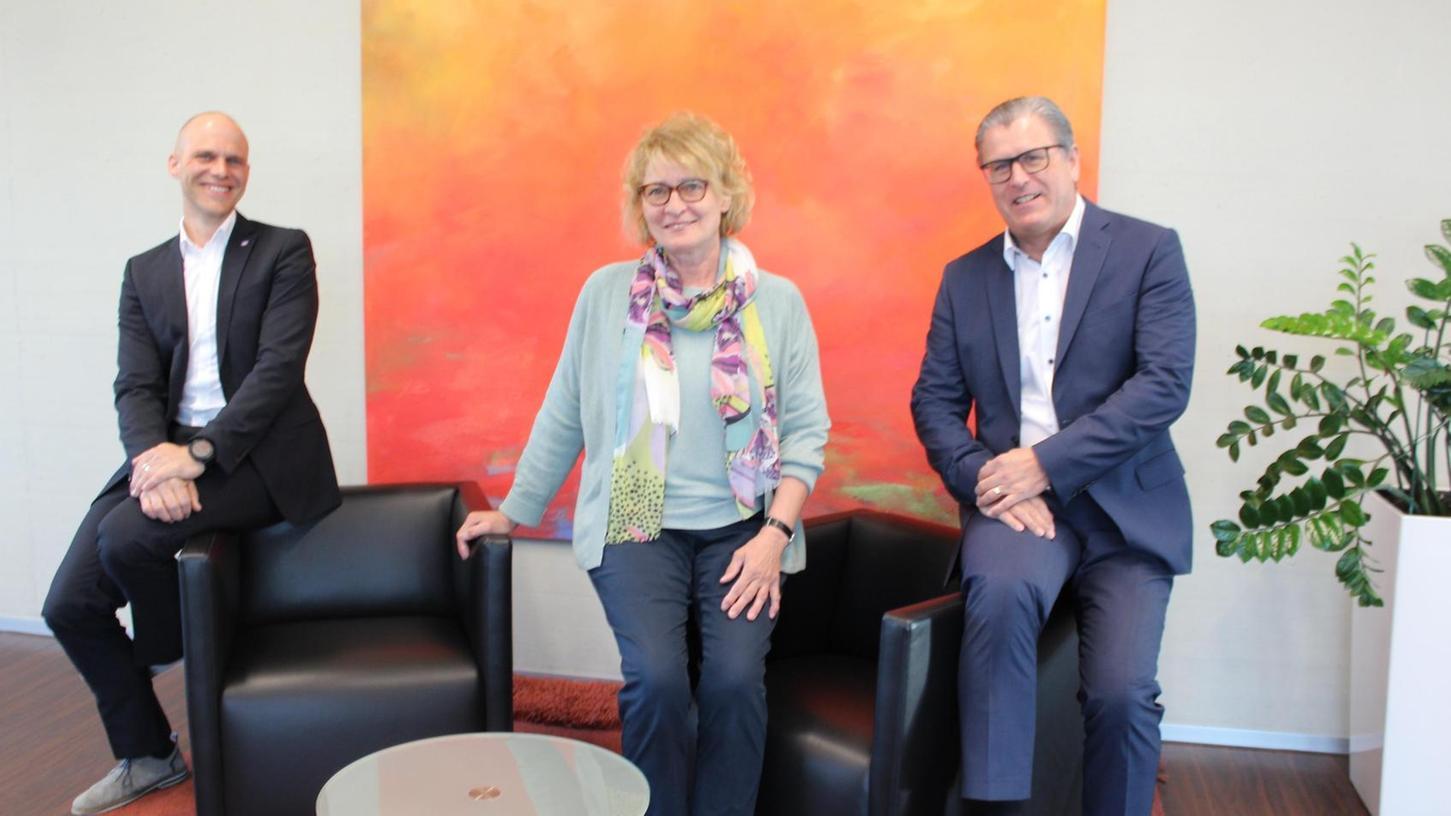 Abschied von Ingrid Batz: Vorstandschef Horst Amon (r.), sein Stellvertreter Andreas Heilmann und die langjährige Personalleiterin der Raiffeisenbank Seebachgrund.