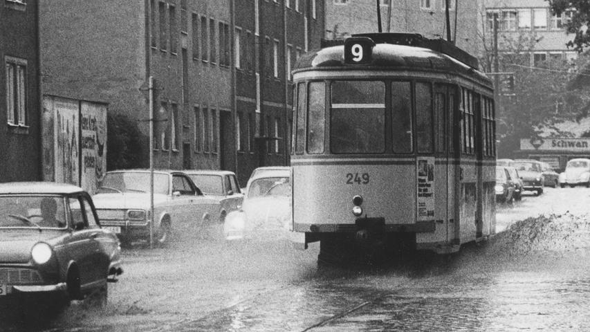 Am Samstagnachmittag: so wie hier die Pirckheimerstraße setzten wolkenbruchartige Regenfälle weite Straßenzüge und auch Unterführungen unter Wasser. Hier geht es zum Kalenderblatt vom 17. Mai 1971: Nach der Überflutung ins Freibad.