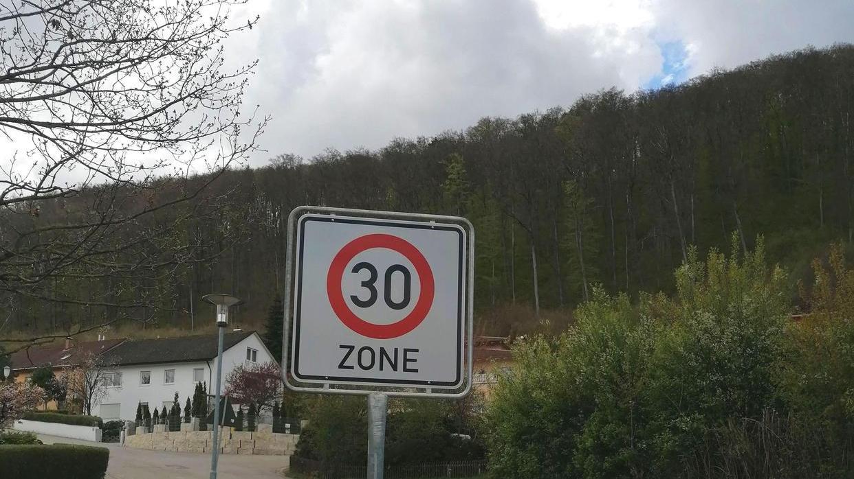 In der Hahnenkamm-, Rappenberg-, Grüntälein-, Patrich- und Gunzenhausener Straße gibt es seit kurzem eine Tempo-30-Zone. Im jüngsten UBV-Ausschuss wurde diskutiert, ob diese Zonen in Wohngebieten künftig ohne Beschluss erlaubt werden sollen.