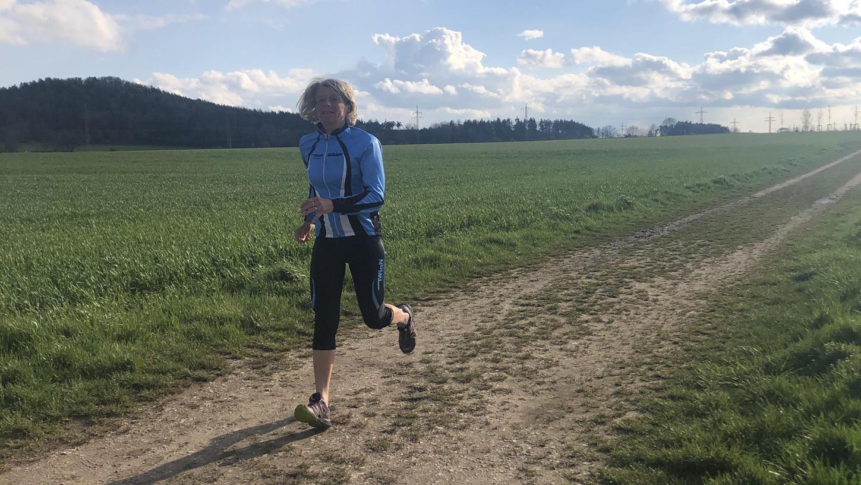 Die bekannte Neumarkter Triathletin und Läuferin Petra Stiegler freut sich bei ihrer Lieblings-Laufrunde auf den Weitblick von der Kuppe bei Tyrolsberg.