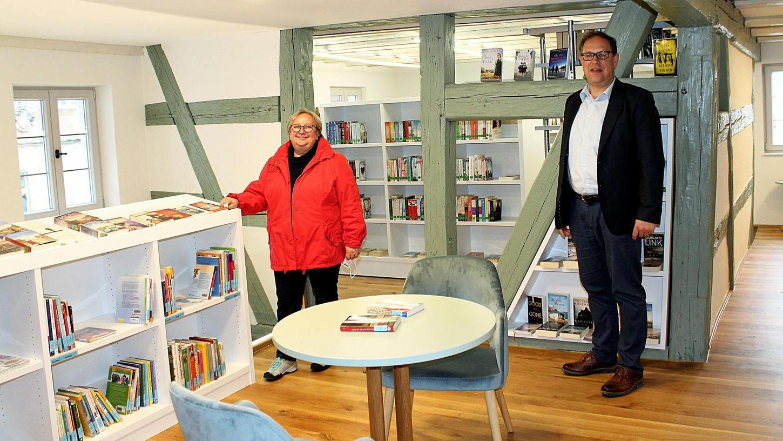 """""""Es ist höchste Zeit, dass wir endlich wieder öffnen können"""", freuen sich Bürgermeister Michael Dörr und Büchereileiterin Anni Rathgeber-Ferber."""