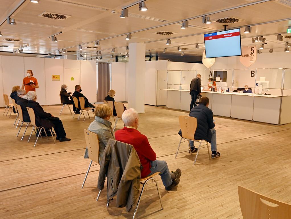 Der Arbeiter-Samariter-Bund arbeitet mit 40 Kräften im Erlanger Impfzentrum. Hier der Abmeldebereich.Foto: Klaus-Dieter Schreiter