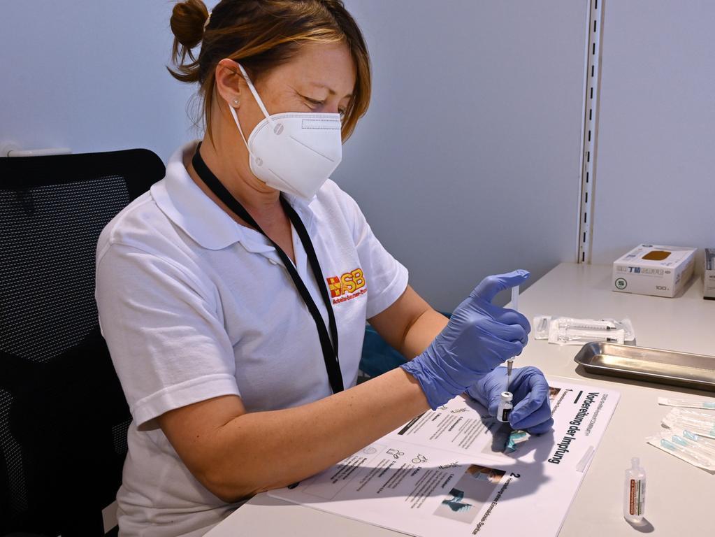 Der Arbeiter-Samariter-Bund arbeitet mit 40 Kräften im Erlanger Impfzentrum. Sonja Fees verdunnt den Impfstoff von Biontec..Foto: Klaus-Dieter Schreiter