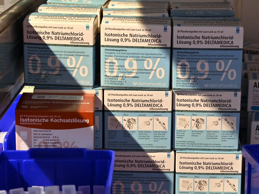 Der Arbeiter-Samariter-Bund arbeitet mit 40 Kräften im Erlanger Impfzentrum. Lisa Ziegenfelder und Marc Clemenz koordienieren alles. Mit dieser Kochsalzlösung wird der Biontec-Impfstoff verdünnt..Foto: Klaus-Dieter Schreiter
