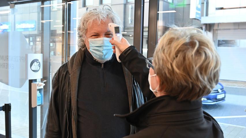 Die helfenden Hände im Impfzentrum Erlangen.